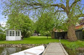 liebhaverejendom egen bådebro og sejlret på haderslev dam. stor lukket have til dammen på 1.975 kvm